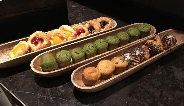 東京マリオットホテルのラウンジで提供されるケーキ