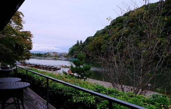 翠嵐のカフェ「茶寮 八翠」のテラス席からの風景