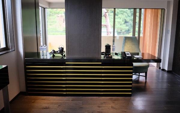 翠嵐「渡月」のリビングルームカウンター
