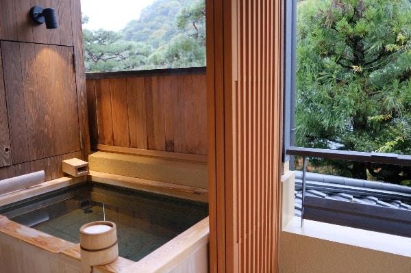 翠嵐のスイートルーム「暁露」の露天温泉風呂