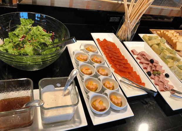 エグゼクティブ・クラブ・ラウンジでのイブニングカクテルサービスのサラダ類
