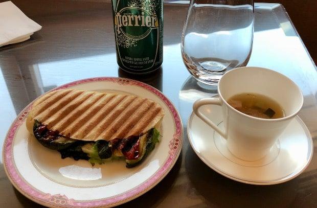 お昼時のチェックアウトでお勧めのセット(パニーニ、スープ、ペリエ)