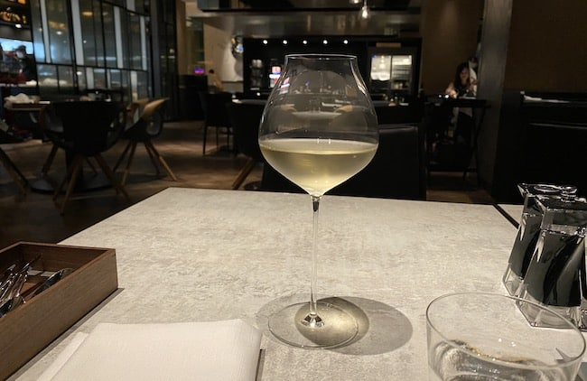 ACホテル東京銀座のAC Kitchenでオーダーした白ワイン