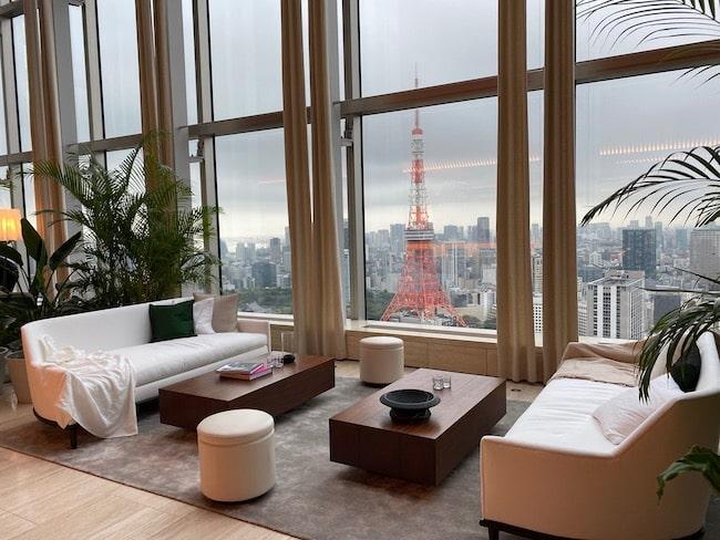 東京エディション虎ノ門のロビーラウンジ・窓側の席