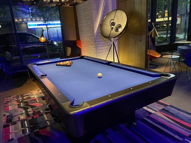 W XYZ Barのビリヤード台
