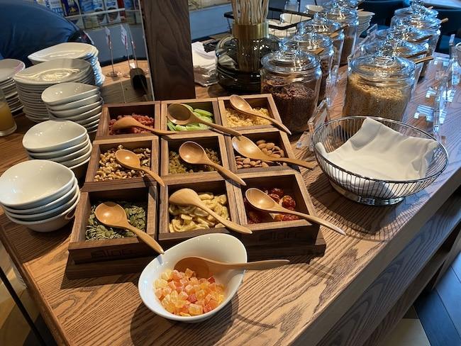 アロフト東京銀座の朝食会場のシリアル・トッピング
