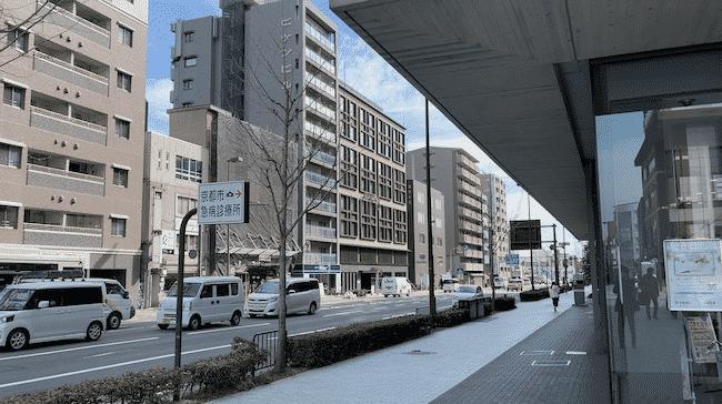 JR二条駅東口ロータリーから見たモクシー京都二条(写真中央)